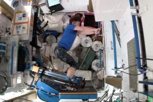 Астронавты НАСА показали, как они тренируются на борту МКС (видео)