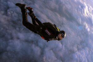 Швейцарский парашютист впервые прыгнул в ураган