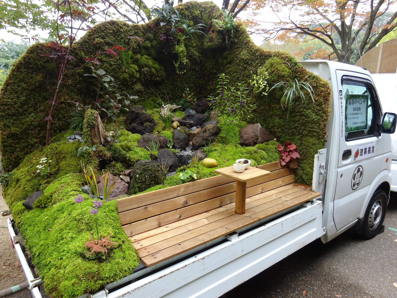 Японцы каждый год разбивают сады в кузовах своих внедорожников