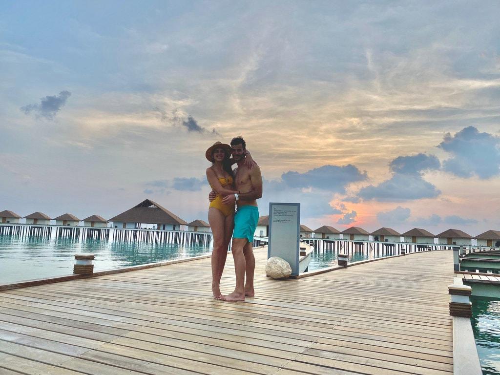Застряли в раю: единственная пара на курорте не может покинуть Мальдивы