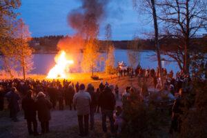 Город в Швеции отпугивает гуляк в парке навозом