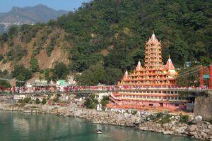 В Индии туристы месяц прятались от COVID-19 в пещере