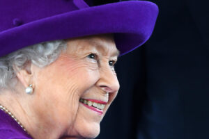Елизавета II раздала британцам милостыню по почте