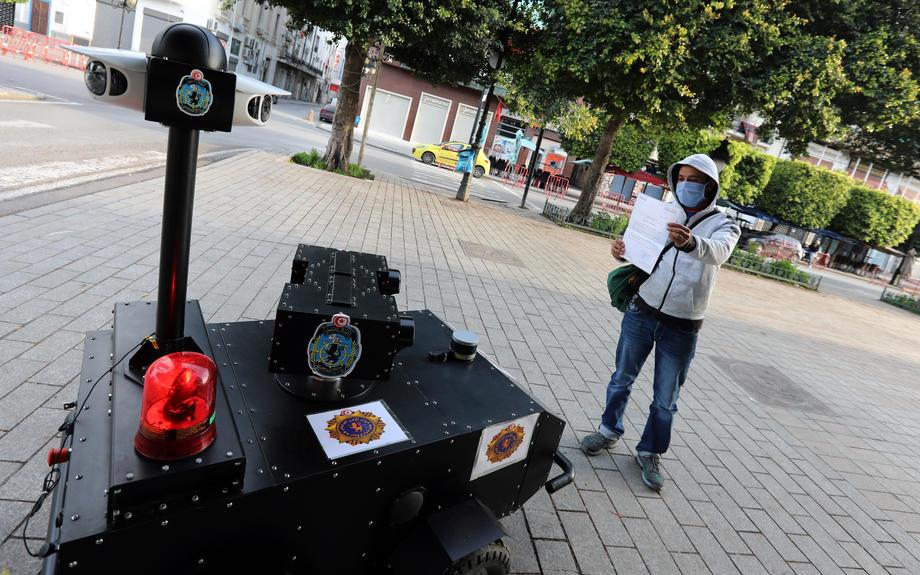 В Тунисе режим карантина контролируют роботы