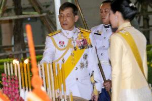 Король Таиланда сбежал из карантина на фестиваль