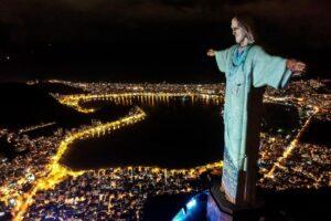 В Рио-де-Жанейро статую Христа превратили во врача
