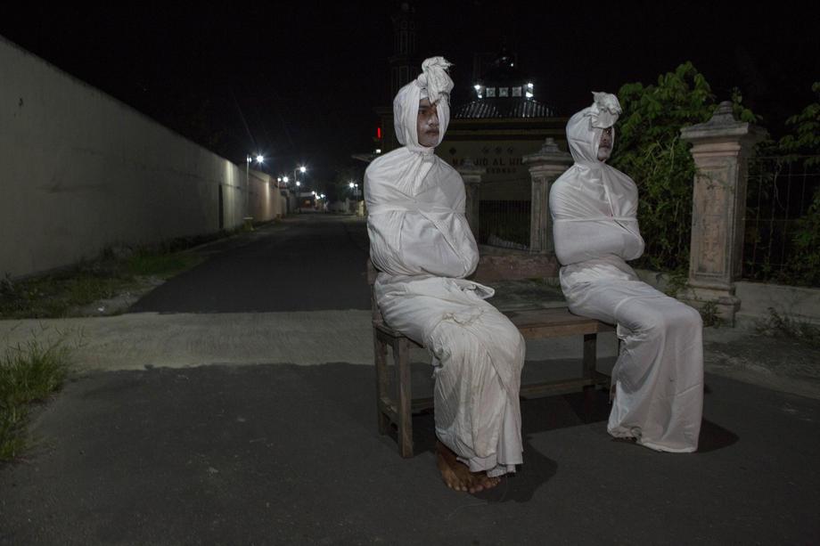 «Призраки» острова Ява распугивают нарушителей карантина