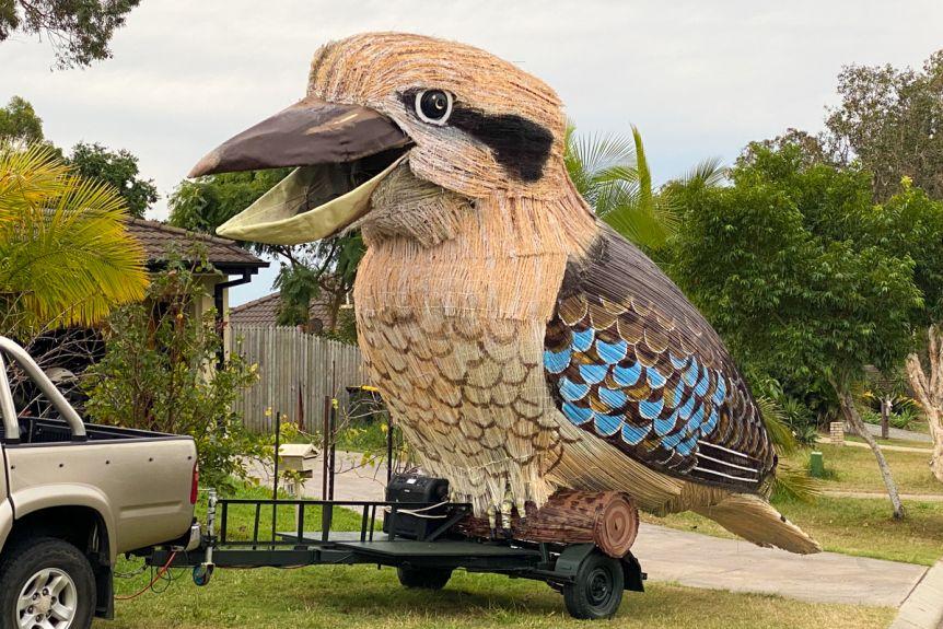 Австралиец развлекает людей на карантине 750-килограммовой смеющейся птицей