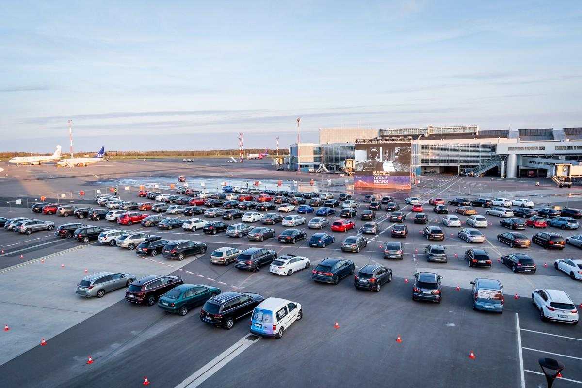 Аэропорт Вильнюса превратился на время в автокинотеатр