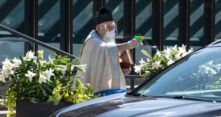 В США священник освятил прихожан из водяного пистолета