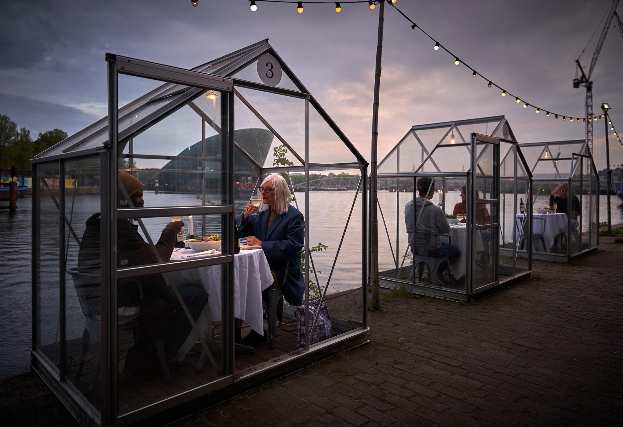 Ресторан Амстердама защитит гостей от COVID-19 стеклянными кабинками.Вокруг Света. Украина