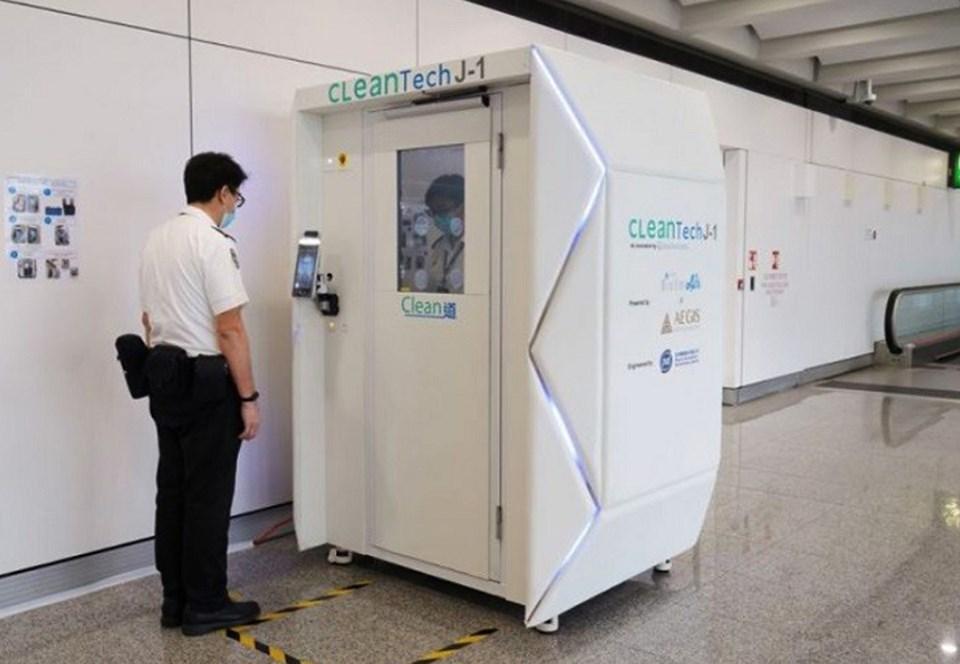 Аэропорт Гонконга первым испытал кабинки для мгновенной дезинфекции