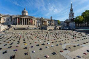Экоактивисты усеяли Трафальгарскую площадь детской обувью