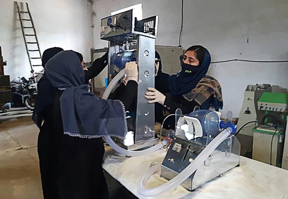 Афганские девушки делают аппараты ИВЛ из автодеталей