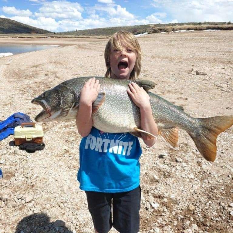 11-летний мальчик поймал 15-килограммовую форель
