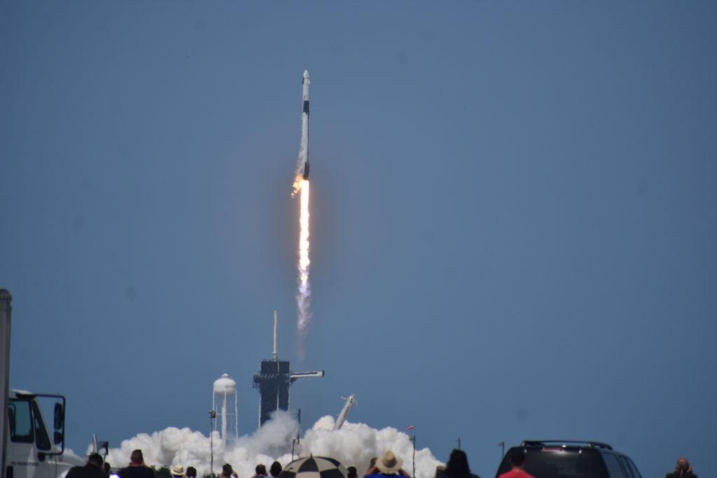 Свершилось! SpaceX впервые отправила астронавтов в космос