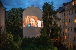 В Берлине из-за карантина кино стали показывать на стенах домов