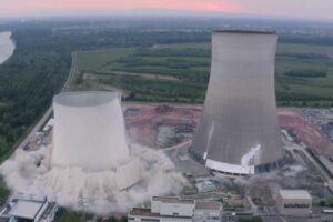 В Германии снесли две 150-метровые башни АЭС (видео)