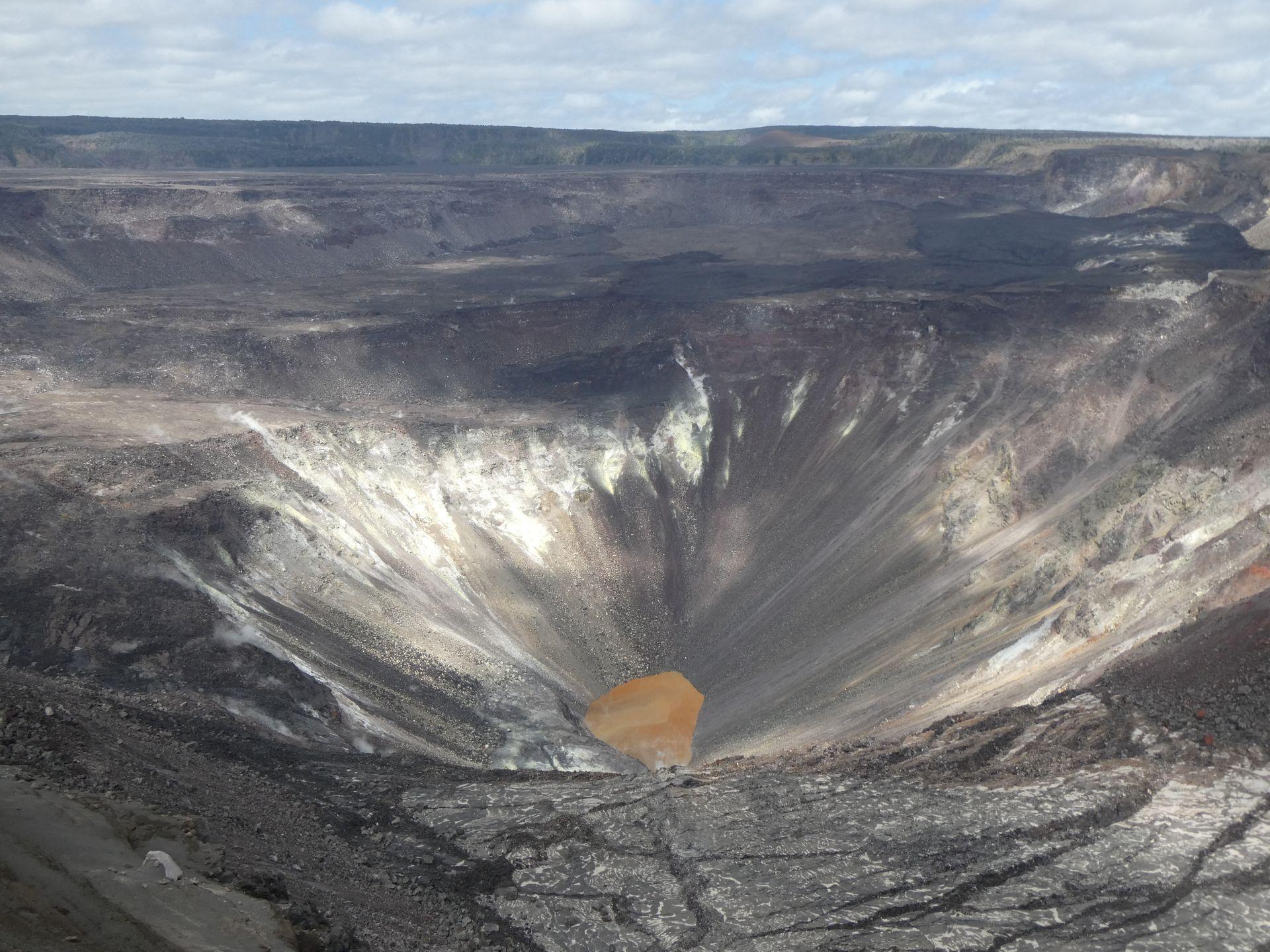 В кратере действующего вулкана на Гавайях появилось озеро