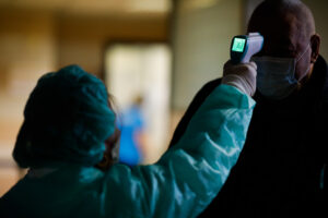 Тест за 190 евро или 2 недели карантина: как будут проверять туристов