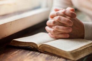 Американские врачи выясняют, защищает ли молитва от коронавируса