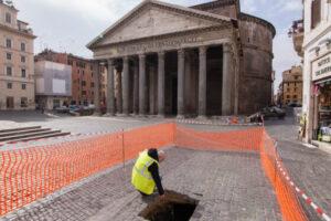 Трещина в мостовой перед Пантеоном обнажила древнеримский тротуар