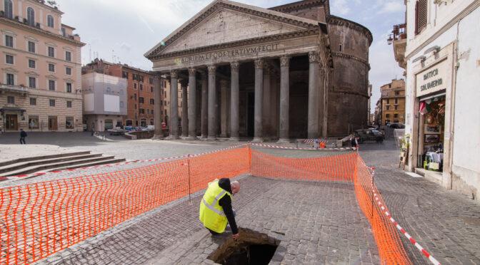 Трещина в мостовой перед Пантеоном обнажила древнеримский тротуар.Вокруг Света. Украина