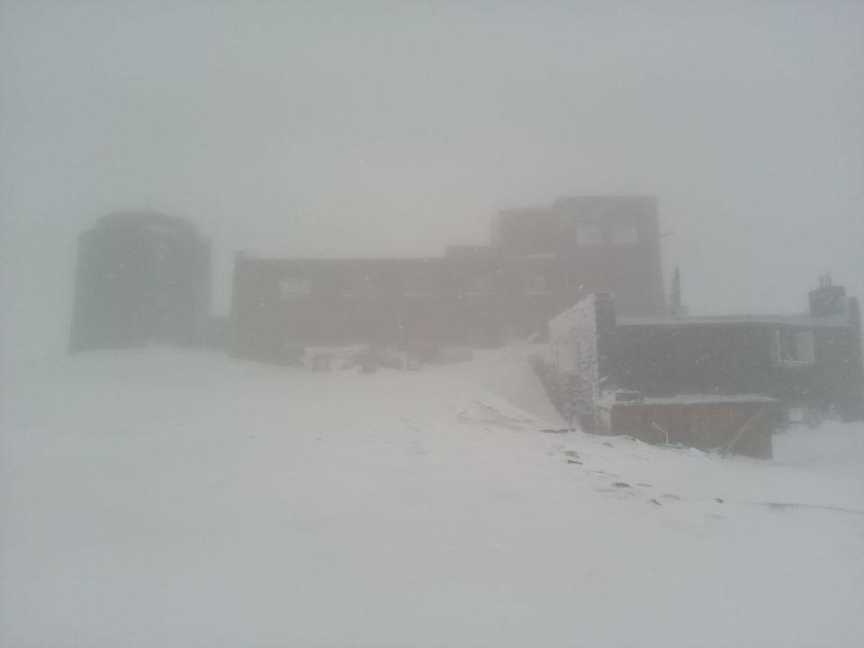 Лето пришло, а Карпаты все еще покрыты снегом
