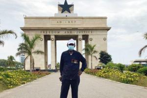 95-летний житель Ганы совершает марш-броски ради помощи медикам