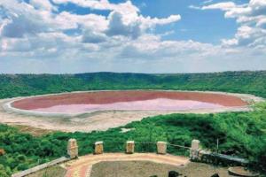 Древнее озеро Лонар в Индии вдруг стало розовым