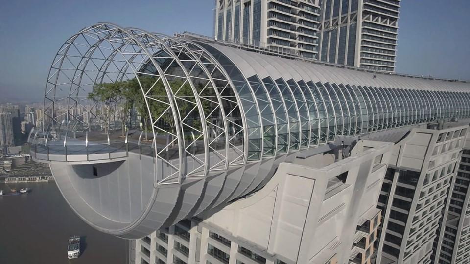 На горизонтальном небоскребе в Китае открыли стеклянную палубу