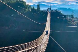 Турист повредил стеклянный пол самого длинного подвесного моста США