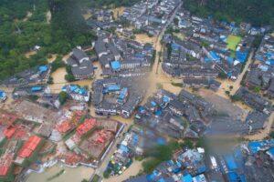Наводнение в Китае: десятки погибших и сотни тысяч эвакуированных