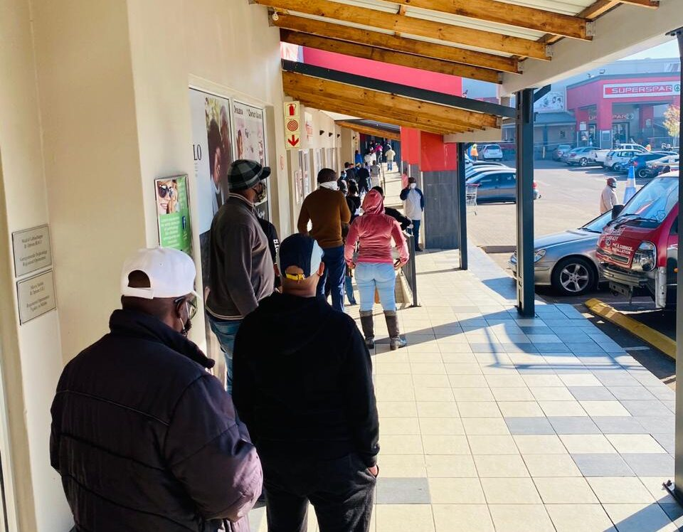 В Южной Африке спустя 2 месяца снова продают алкоголь: люди выстроились в очереди.Вокруг Света. Украина