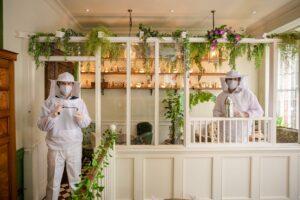 Сотрудники лондонского бара носят костюмы пчеловодов в качестве защитных