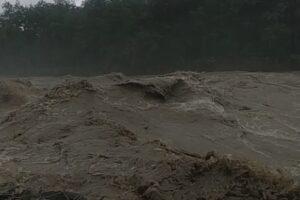 Паводок в Карпатах: река Черемош снесла автомобиль с людьми