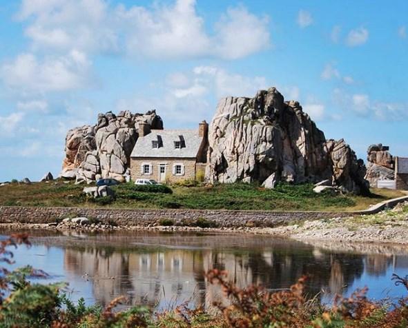 Дом между скал во Франции