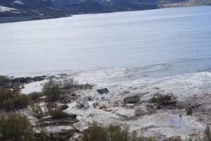 В Норвегии оползень унес в море часть поселка: видео