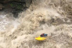 На Прикарпатье каякер спустился по водопаду во время наводнения