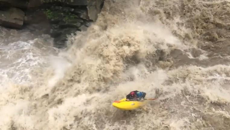 На Прикарпатье каякер спустился по водопаду во время наводнения.Вокруг Света. Украина