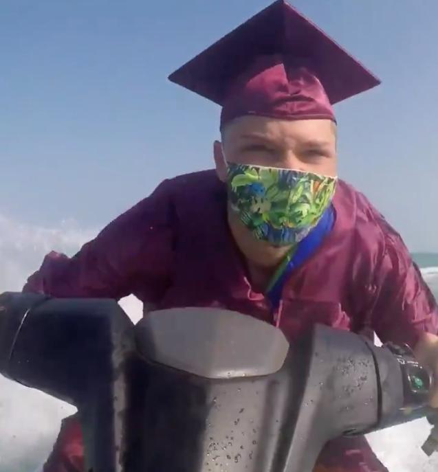 Во Флориде выпускники получали дипломы на гидроциклах (видео)