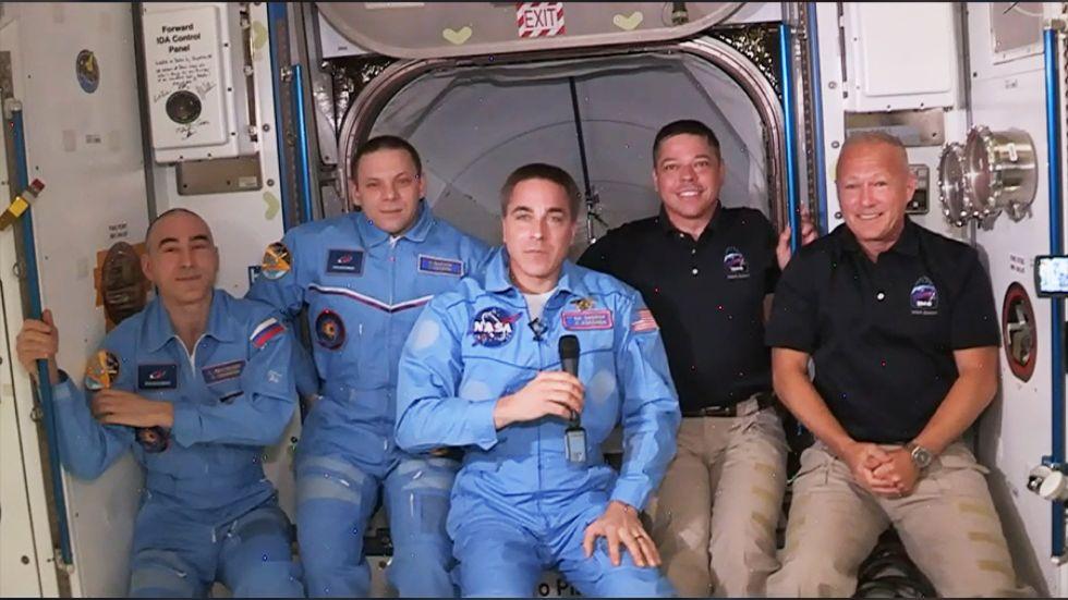 Астронавты НАСА с Crew Dragon взошли на борт МКС.Вокруг Света. Украина