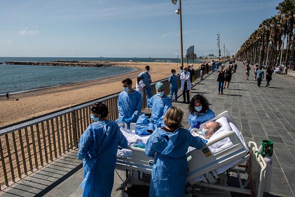 Море лечит: в Барселоне выздоравливающих от COVID-19 возят на пляж