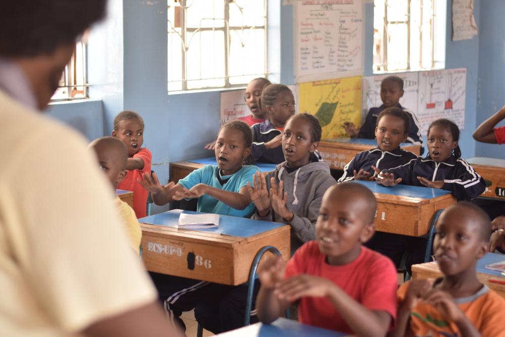 В Нигерии школьникам раздают смартфоны, чтобы они могли учиться дистанционно