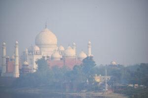 Фургоны для очистки воздуха должны спасти Тадж-Махал от разрушения