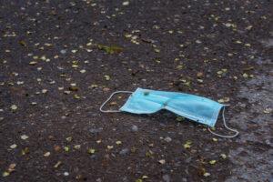 Франция ужесточает наказание за коронавирусный мусор