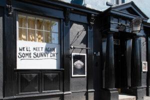 Новые правила для баров в Англии: анонимам не наливать