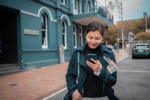 В Японии запретили пользоваться смартфонами на ходу
