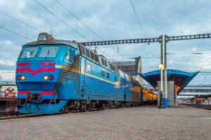 Первый за 2,5 месяца пассажирский поезд отправился в путь