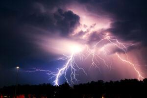 В Индии от ударов молний погибли более 100 человек